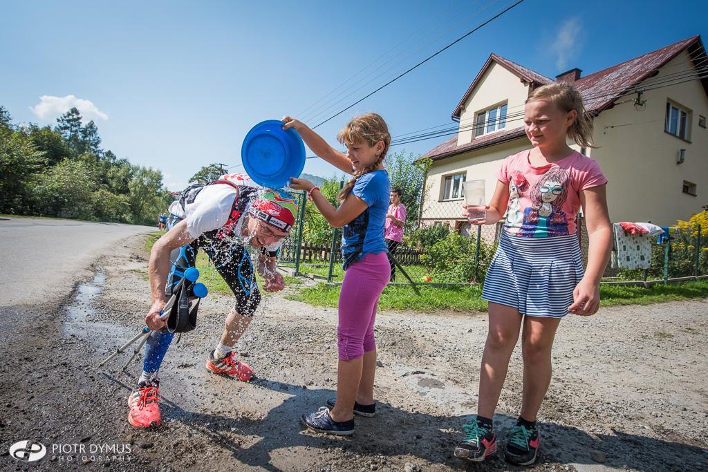 Wsparcie młodych kibicek na trasie Biegu 7 Dolin