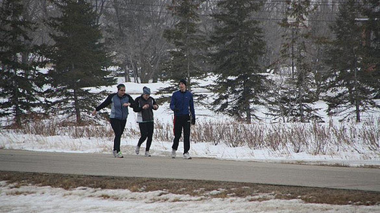 W co się ubrać na bieganie, kiedy na zewnątrz jest nijak?