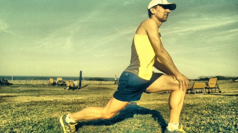 5 podstawowych ćwiczeń rozciągających dla biegaczy według Artura Kerna