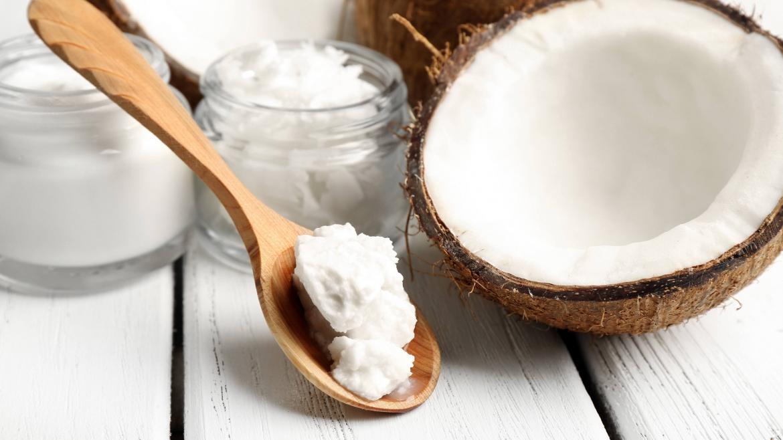 skład i właściwości oleju kokosowego. znaczenie i wpływ oleju kokosowego na odchudzanie i trening.