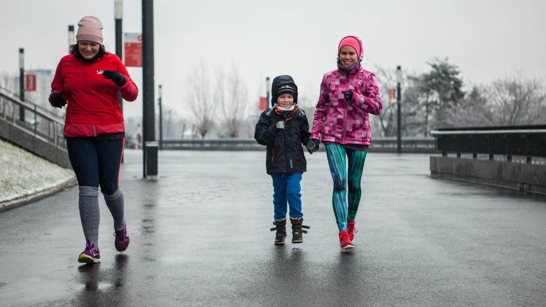 Jak biegać z dzieckiem? Spróbuj slow joggingu lub biegania z wózkiem!
