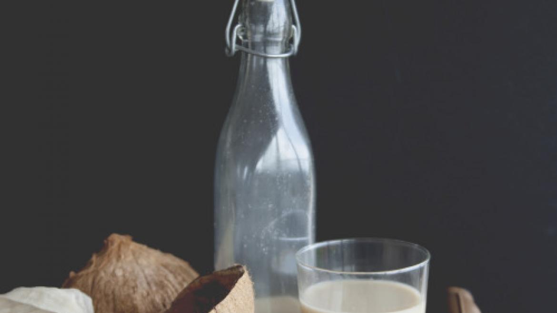 Mleko roślinne. przepis na mleko migdałowe, kokosowe i ryżowe.